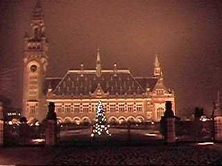 Kerstige sfeer rond het Haagse Vredespaleis ...