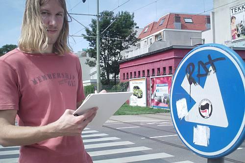 in verschillende wijken lopen studenten verkeersborden te controleren