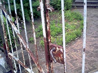 de bijzonder slechte toestand van het het hek