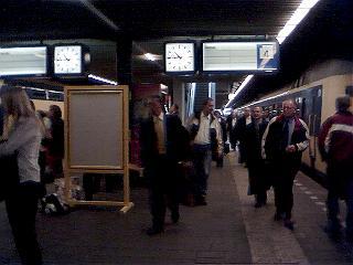 lege vertrekborden boven alle perrons in Den Haag
