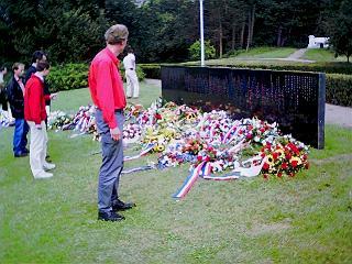 Nu ook aan andere zijde Waterpartij een gedenkteken ...
