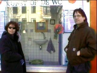 De kunstenaars Petra en Hans voor hun WC-project ...