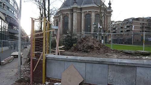 de muur van de Nieuwe Kerk stond in februari nog in de steigers