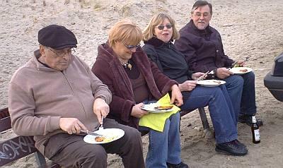 deze Duitse toeristen hebben het prima naar hun zin met een gebakken visje