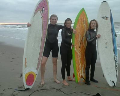 keurig op een rijtje Renée, Emily en Eva fris uit de zee