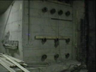 enorme betonwanden maken doorgang van tramtunnel wel erg smal ...