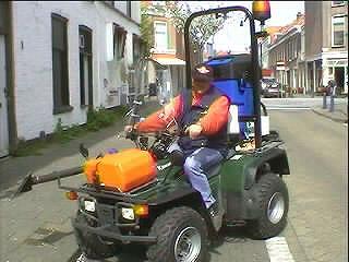 De moderne 4wheel cowboy houdt Den Haag vrij van poep ...