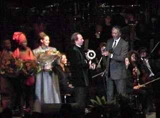 De bescheiden Hans Zimmer ontvangt uit handen van Morgan Freeman de filmonderscheiding ...