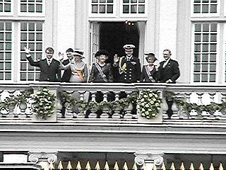 Het Koninklijke gezelschap op het bordes van Paleis Noordeinde ...