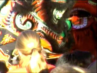 bontgekleurde draken dansten op opzwepende Chinese tonen ...