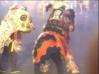 Rookdampen verhulden soms de wilde dansende draken ...
