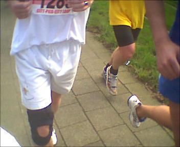 Met je knie in het verband toch 10 kilometer lopen voor 18 liter jenever ...