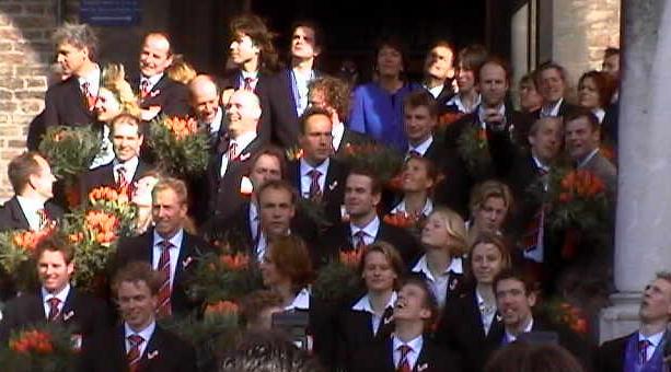 Het voltallige Olympisch team op het bordes van de Ridderzaal ...