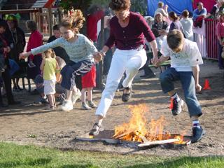 Moeders en kinderen durfden ook de sprong over het vuur aan ...
