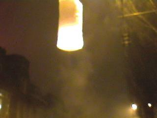 Eerst raakt de heteluchtballon de bovenleiding van de tram