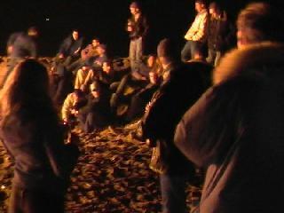 de Duindorpers genieten van de warmte van het grote vuur tijdens de ijskoude nieuwjaarsnacht