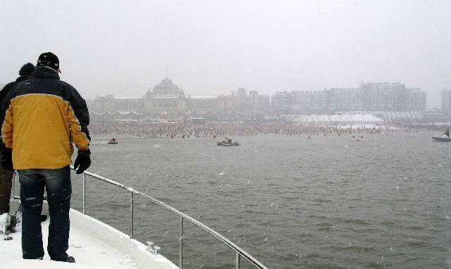 unieke opname vanuit zee van de nieuwjaarsduik met op de achtergrond het Kurhaus