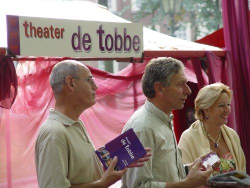tientallen informatiestands informeerden de duizenden bezoekers aan het Haagse Uit Festiva;l