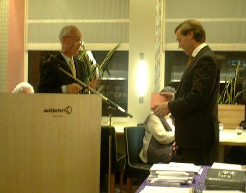 Roel van der Wal overhandigt Luc Vergroesen de eerste set wenskaarten van de Vrienden van Den Haag