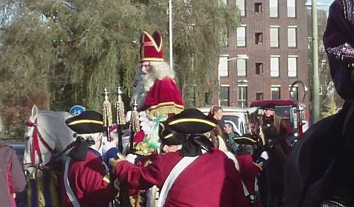 De echte Sinterklaas herken je aan zijn waardigheid en zijn fraaie witte paard