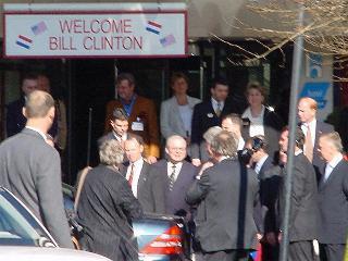 Een glimp van Bill Clinton met prominenten als vliegen om de stroop ...