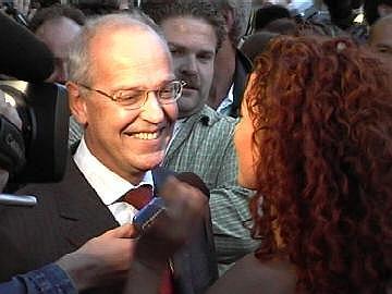Minister Zalm in gezelschap van Katja Schuurman