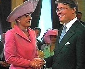 Breedlachend maakt het prinselijk paar de plechtigheid door ...