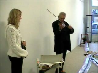 Napaku musiseert voor Marieke Klos Sonata Klossa op viool