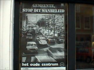 Huis na huis zie je dit protestpamflet achter de ramen in de binnenstad ...