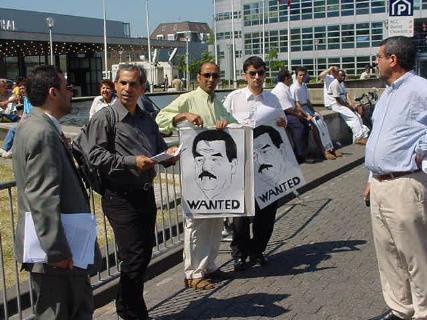 Ook Sadam zou volgens deze actievoerders voor berechting in aanmerking komen ...